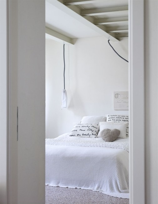 ? So clean & white Shabby Chic bed