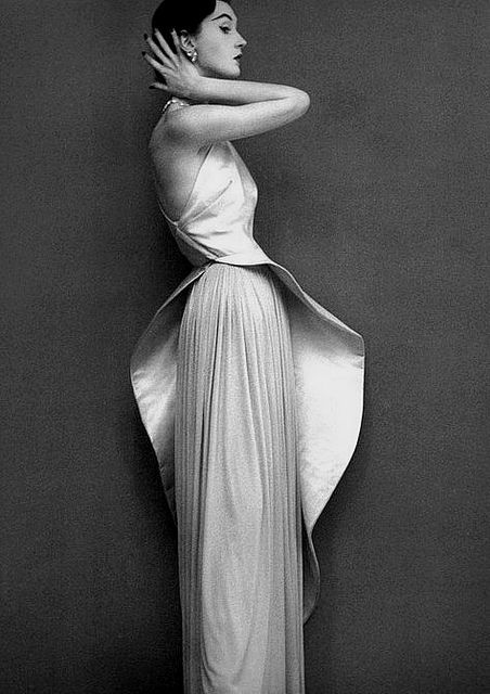 Dovima 1950. Wearing an evening gown by Madame Grès, photo by Richard Avedon.
