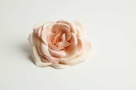Handmade flower, Beatriz Natmar. Photo: Calafelllafoto. www.bnatmar.com