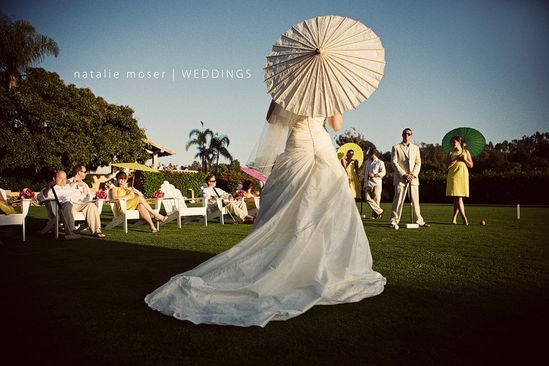 http://www.trendsettingwedding.com/wp-content/uploads/2009/08/Natalie-Moser-bride-with-bridal-party-parasols.jpg