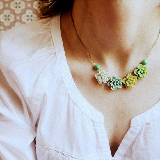 Garden Greens Floral Necklace von NestPrettyThingsShop auf Etsy, $42,00