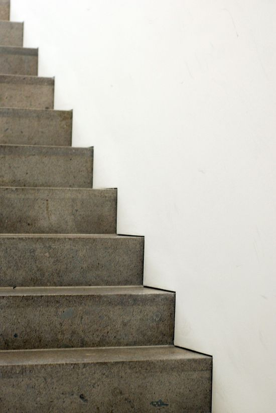 Stair detail. Well done shadow gap detailing of staircase in the Am Kupfergraben galery by David Chipperfield.