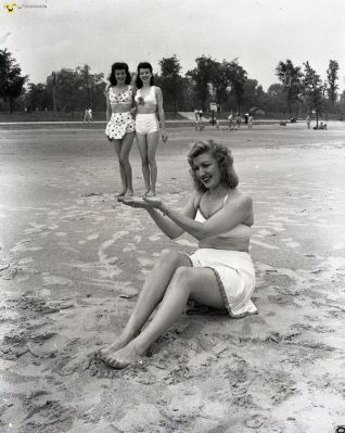 funny people - Ladies clowning around on the beach 1945 #vintage #beach #lady #scene - Funomenia