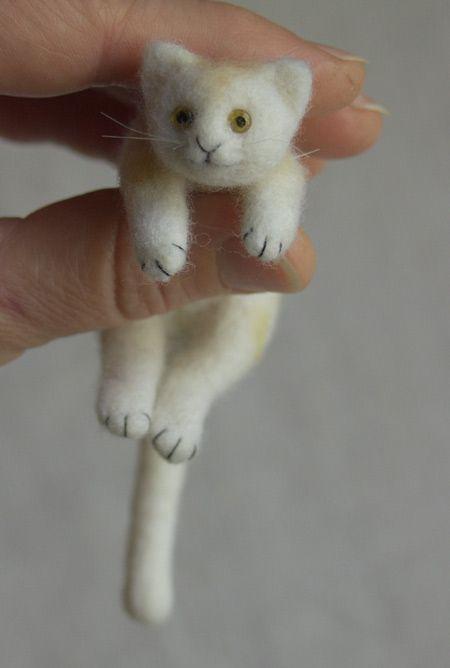 tiny felted kitty  OMG LOVE!  Someone get me my felting needles!