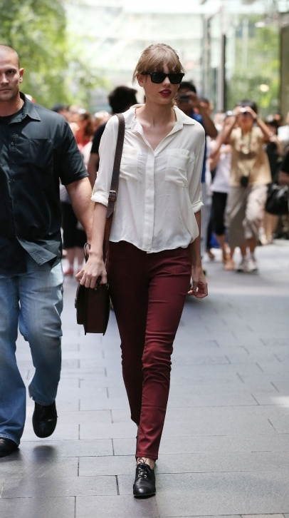 Taylor Swift shopping in Sydney. #style #fashion #looks #celebrity #actress
