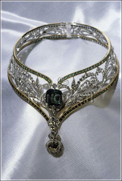 Necklace of the Diamond Fund of Russia.  Emerald 1 unit (12, 52 ct.). Emeralds 208 pc. (29, 52 ct.)  Diamond 482 pc. (28.07 ct.) Platinum, gold.  Diamond Fund of Russia.  Moscow, Russia. 1993