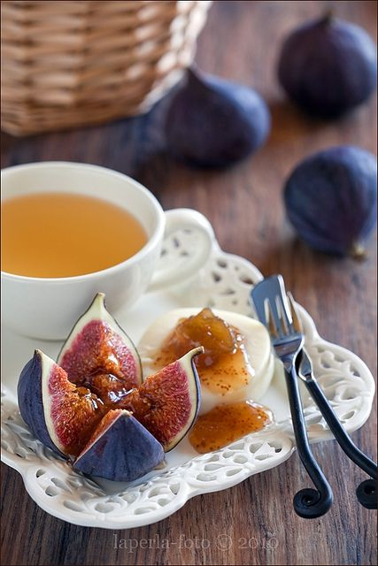 Timelessly classic, wonderfully tasty ripe figs and cheese. #fruit #tea #figs #cooking #summer #autumn #snacks