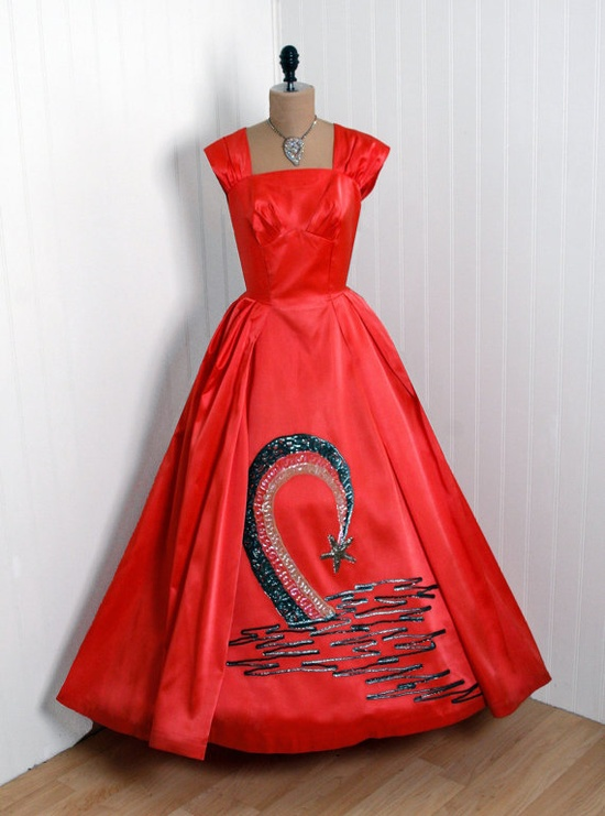 It's impossible not to love the dazzling shooting star motif on the bottom of this amazing full-length 1950s evening gown. #red #evening #gown #stars #vintage #dress #clothing #fashion #1950s #fifties #50s