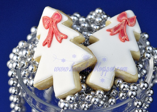 Such sweetly pretty bow adorned Christmas Tree Cookies. #Christmas #tree #cookies #decorated #food #baking #dessert