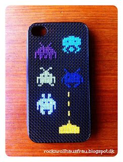 Rock & Roll HausFrau: iPhone cover med Space Invaders