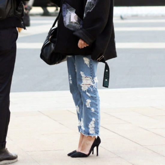RIPPED DENIM/BLACK PUMPS