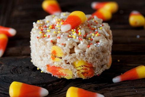 Super easy, fun, adorable Trick-or-Treat Rice Cereal Bars. #rice #cereal #bars #squares #candy #candy_corn #Halloween #food #baking #cooking #dessert #autumn #fall