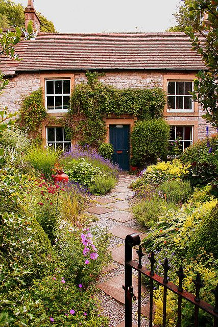 a pretty cottage with a garden in Tideswell, Peak District