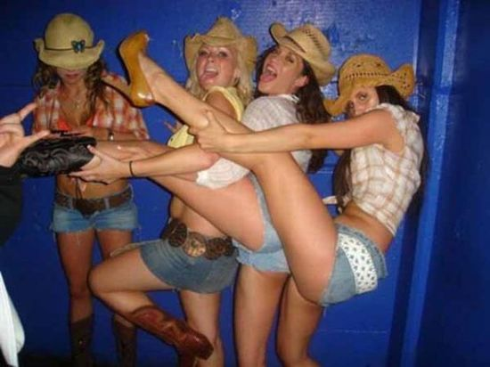Group of drunk girls - Funny pictures of people drunk - funny pictures - funny photos - funny images - funny pics - funny quotes - funny animals @ humor