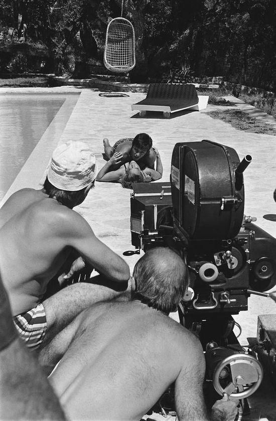 """Alain Delon y Romy Schneider en el rodaje de 'La piscine """"por Jacques Deray, 1968."""
