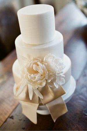 Elegant & simple wedding cake by Sweet On Cake