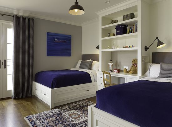 Adorable boys' bedroom design with built-in desk / bookcase between the beds ...