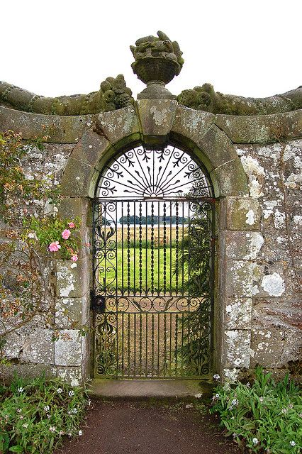 Garden gate, Scotland - I've actually seen similar looks in screen doors, might be do-able (though you'd need the stone wall to really pull it off lol) #wrought #iron #garden #gate ??