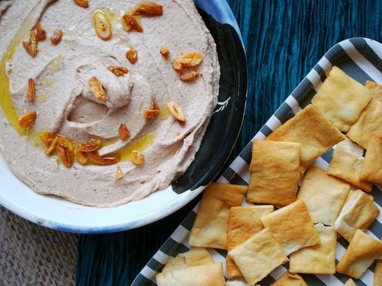 Roasted Garlic Black-Eyed Pea Hummus