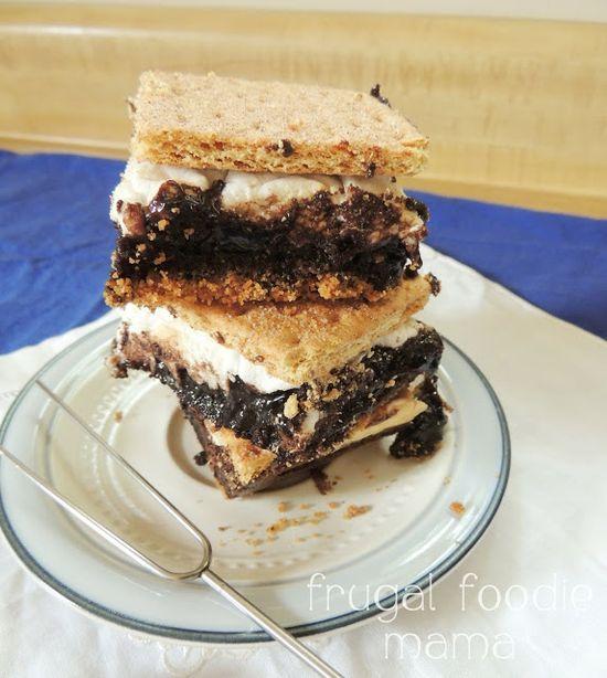 Cinnamon S'mores Brownies- gooey marshmallow & a fudgy brownie sandwiched between cinnamon graham crackers & a graham cracker crust, via thefrugalfoodiema...