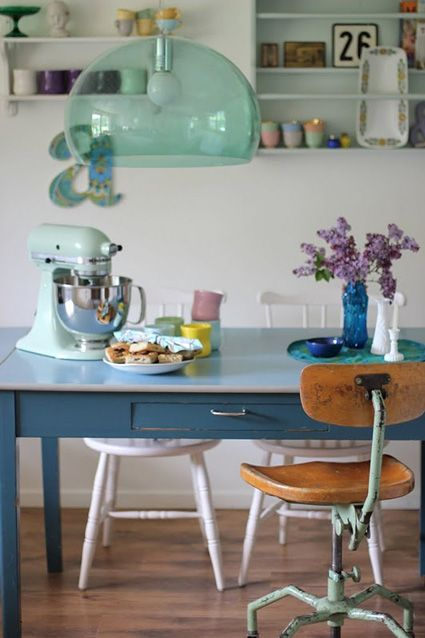 Love the retro desk and chair as a kitchen table