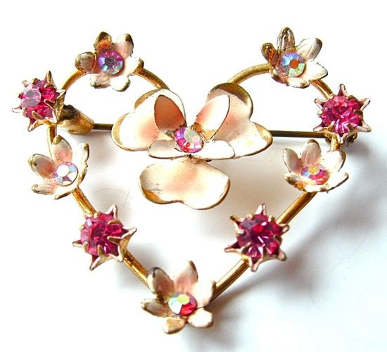 """I am oooing and ahhhing here.....Vintage heart brooch - very small - under 2""""."""