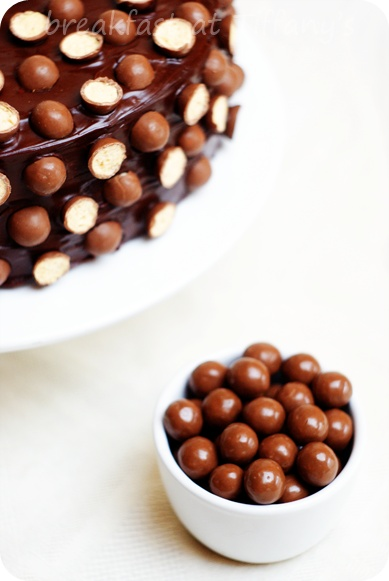 Malteser Cake with Balls by sniadanieutiffanyego: Elelgant!  #Cake #Malt_Balls #sniadanieutiffanyego