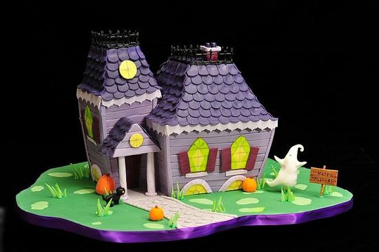 Delightfully fun, beautifully designed Halloween haunted house cake. #cake #design #haunted_house #cooking #dessert #food #baking #autumn #fall #Thanksgiving