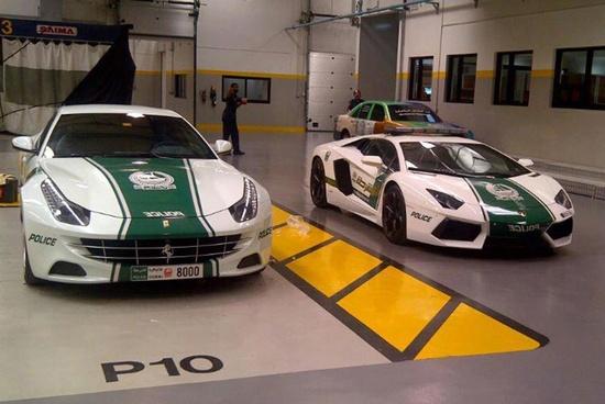 Dubai Police !!! Ferrari FF vs Lamborghini Aventador