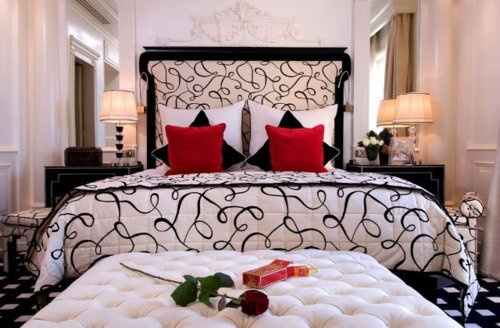 I always wanted a black, white and red bedroom. I love this, so romantic :*