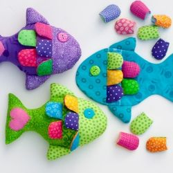 Use this easy tutorial and pattern template to sew a school of little fish bean bags or soft toys for your favorite child!