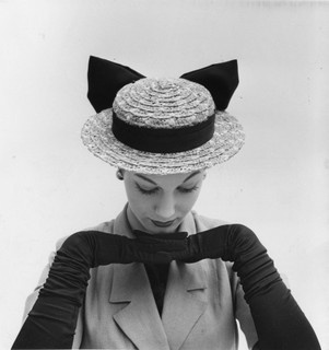 Adore the oversized bowl and ruched gloves combo! #hat #gloves #1950s #vintage #fashion
