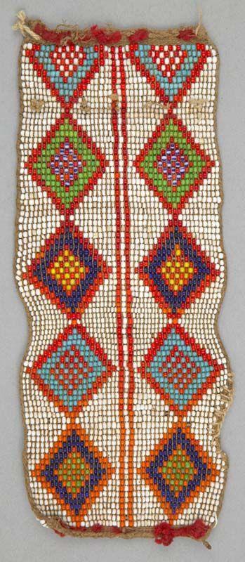 Cuentas tobillera de la gente de Kamba Kenia circa siglo 20.  Fibra de vidrio y perlas.