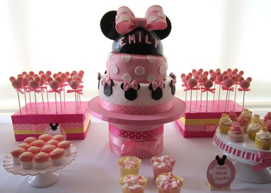 Minnie Mouse cake.  Too Cute!