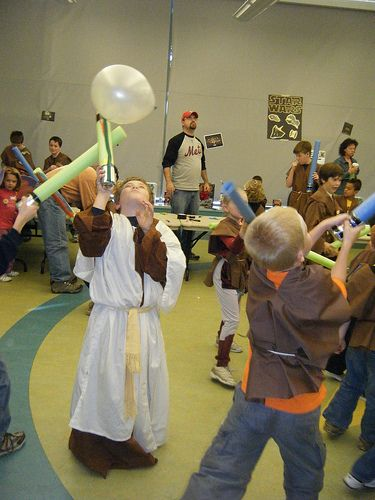 Star Wars Party: padwan training - keep balloon in the air using light saber