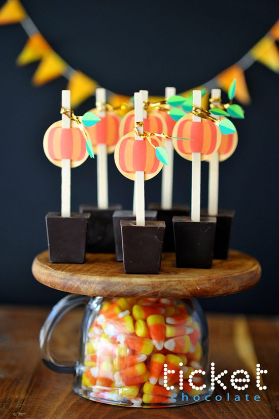 Pumpkin/Chocolate Centerpiece and FREE Printables from #giverslog - #halloween #treats #printables #howdoesshe