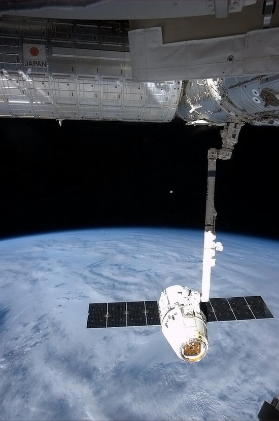 Chris Hadfield ?@Cmdr_Hadfield The Moon rose on the horizon just before we released Dragon to fall to Earth