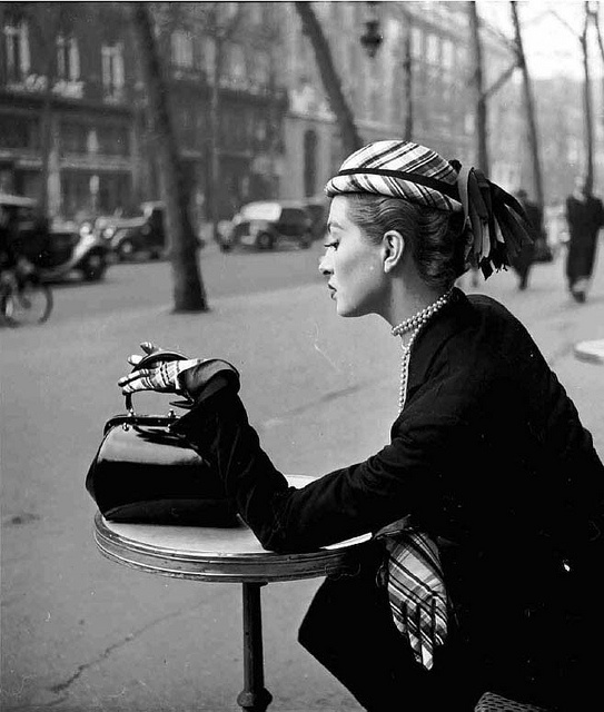Adore her plaid gloves and patent letter handbag. #vintage #fashion #1950s #hat #model