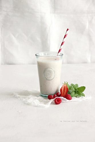 milkshake025 Milkshake au lait d'amande, pêche & fruits rouges