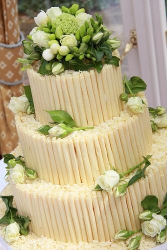 White chocolate wedding cake For more wedding cakes - raspberrywedding....