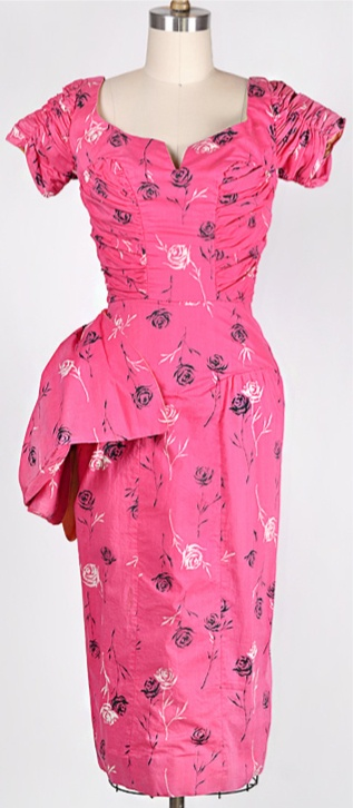 Femininely beautiful 1950s etched roses dress. #vintage #1950s #fashion #pink
