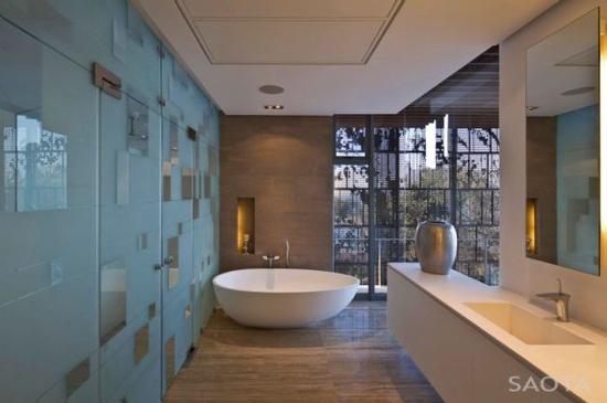 Stylish Luxurious Beach House Interior Design: Oval White Bathtub Placed In Bathroom Corner