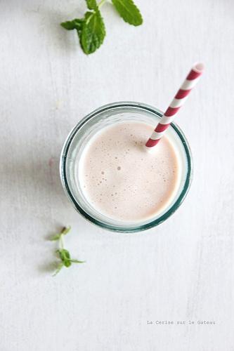 milkshake075 Milkshake au lait d'amande, pêche & fruits rouges