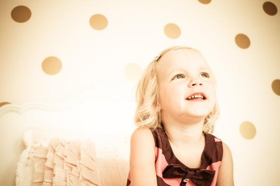 mała dziewczynka w pokoju dziecięcym