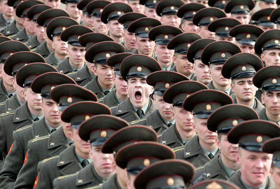 soldado bostezando sincronización perfecta