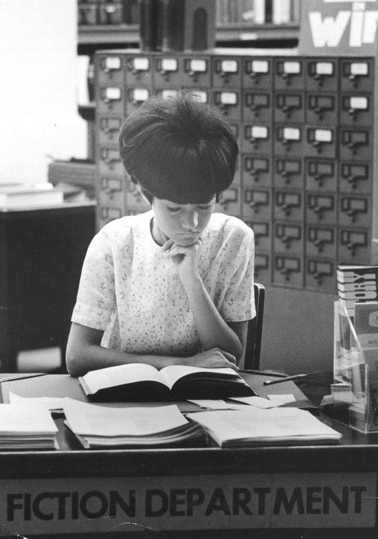 :::::::::: Photo Vintage :::::::::: jeune bibliothécaire par George S. Zimbel