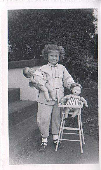Girl w/  dolls!   photo  1950's.