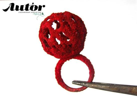 Inel inspirat de ciuperca Clathrus red al designerului Alina Carp. Materiale folosite: argint, rasina si pigment. De vazut, pipait si achizitionat la Autor 9
