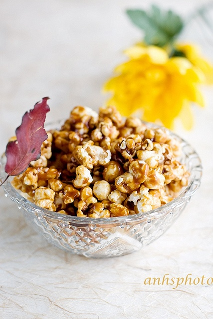 It just wasn't fall growing up until my mom made a huge batch of caramel corn like this :) #fall #Halloween #autumn #caramel #corn #popcorn #snacks #party