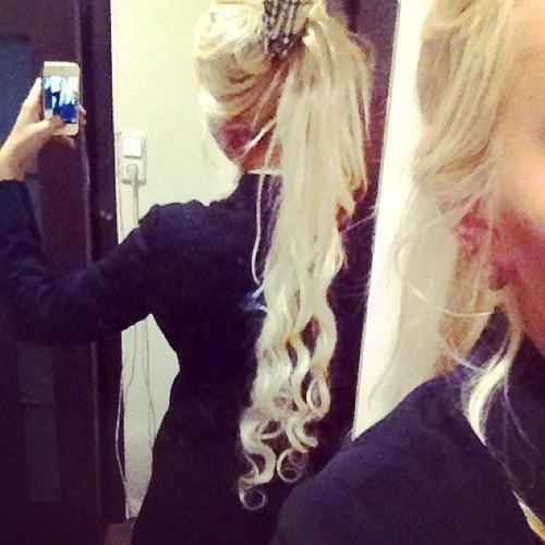 i love how long and curly her hair is :)